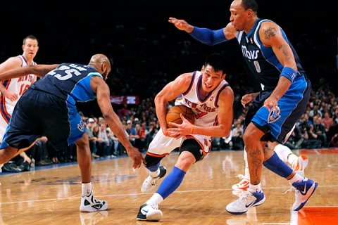 New York Knicks point guard Lin drives to the basket between Dallas Mavericks Marion and Carter at Madison Square Garden in New York