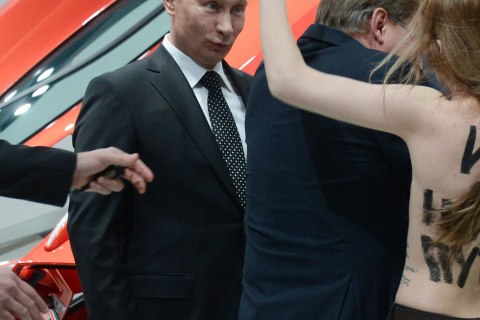 Putin confronted by topless protesters in Hanover, Germany