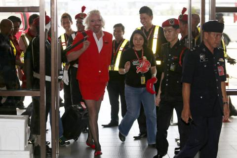 img: Virgin Group CEO Richard Branson arrives during an AirAsia promotional event at an airport in Sepang, Malaysia on May 12, 2013.