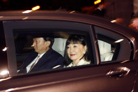Japan's Prime Minister Yukio Hatoyama, left, and wife Miyuki Miyuki Hatoyama arrive at Singapore's Changi airport November 14, 2009.