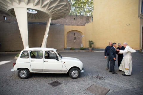 VATICAN-POPE-AUTO